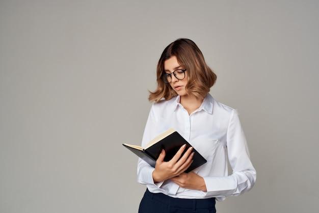 専門のオフィスの手にドキュメントとメガネのビジネス女性