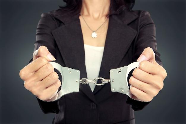 Деловая женщина в наручниках