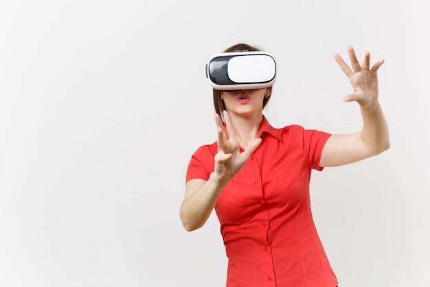 Деловая женщина в гарнитуре виртуальной реальности на голове коснется чего-то вроде нажатия на кнопку или указывая на плавающий виртуальный экран, изолированный на белом фоне. будущее образования в концепции средней школы.