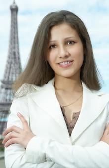 エッフェル塔でパリのビジネスウーマン
