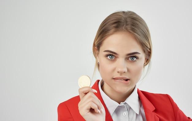 Деловая женщина в красной куртке криптовалюты биткойн интернет-коммерция финансовая.