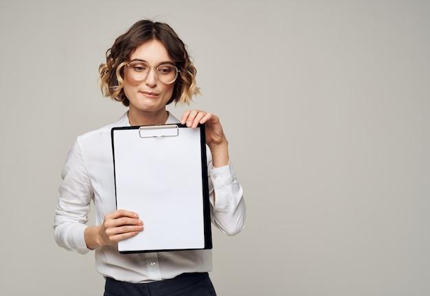 Деловая женщина в рубашке с папкой для документов чистый лист бумаги.