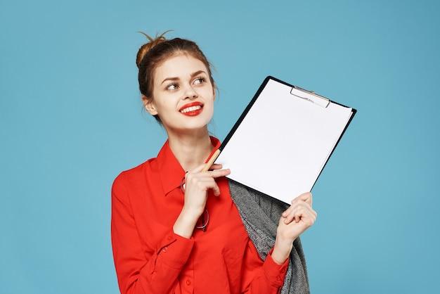 Деловая женщина в костюме руководит документами
