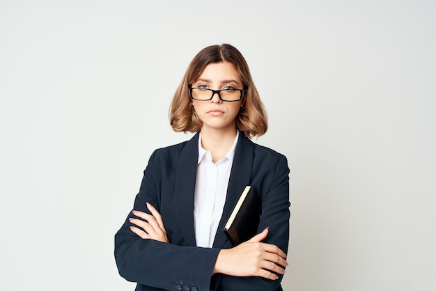 スーツのビジネスウーマンは、ワークマネージャーの成功を文書化します