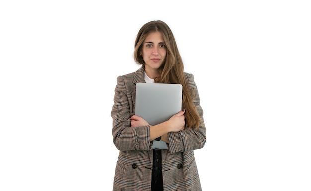 정장에 비즈니스 여자는 그녀의 팔에 고립 된 노트북을 들고있다