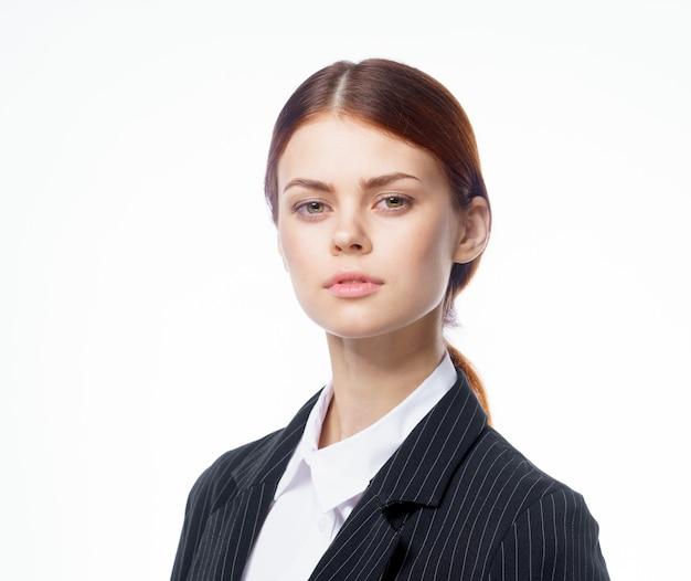 Деловая женщина в костюме официальный секретарь офисной работы