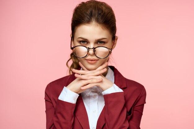 안경 스타일 핑크 배경 우아한 스타일을 입고 소송에서 비즈니스 우먼. 고품질 사진