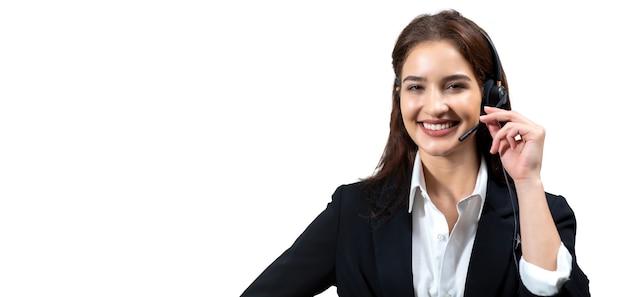 정장과 헤드셋을 입은 비즈니스 여성이 흰색 배경에서 격리 작업을 하는 동안 웃고 있습니다.
