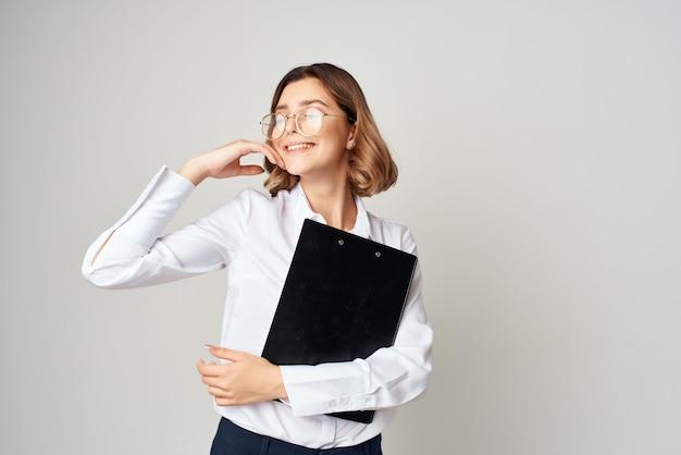 白いシャツを着たビジネスウーマンは、マネージャーの事務作業を文書化します。高品質の写真
