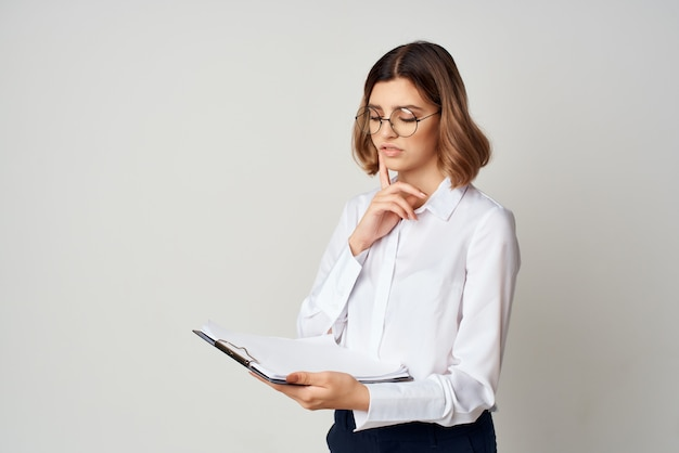 白いシャツのドキュメントのビジネスウーマンは、コピースペースを動作します。高品質の写真