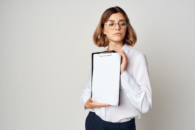 白いシャツのビジネスウーマンは、作業コピースペースを文書化します