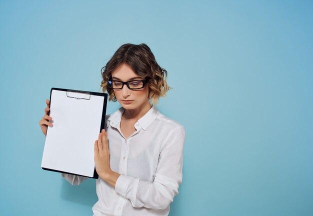 手に名刺と白いシャツのビジネス女性ドキュメントコーヒーコピースペースの背景