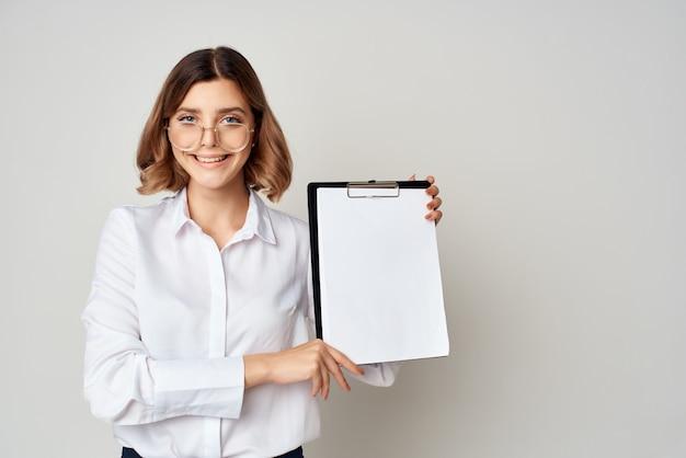 手にドキュメントと白いシャツのビジネス女性感情の仕事の成功