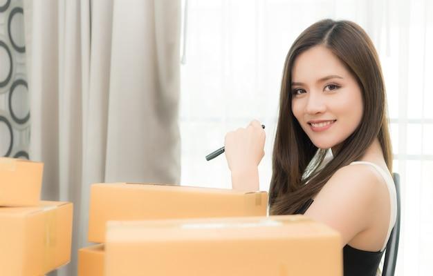 Деловая женщина готовится отправить свой продукт в коробках