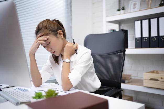 ビジネスウーマンは仕事でストレスを感じ、オフィスにいます。彼女は疲れを感じ、リラックスしたかった。