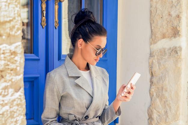 ビジネスの女性がスマートフォンを使用しています