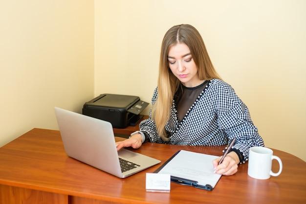 Деловая женщина пишет на документе