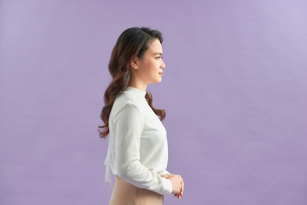 Деловая женщина, изолированные на purplebackground