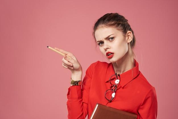 ビジネスウーマンライフスタイルピンク背景厳格なスタイル。高品質の写真