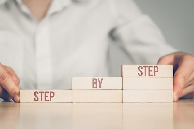 비즈니스 여자 줄 지어 사다리 단계 개념에 의해.