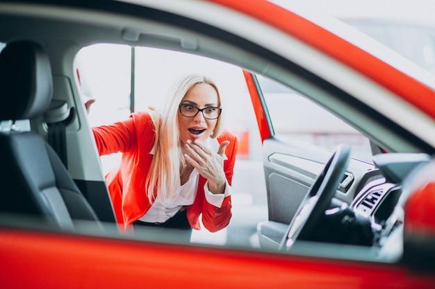 車のショールームで自動車を探している女性実業家