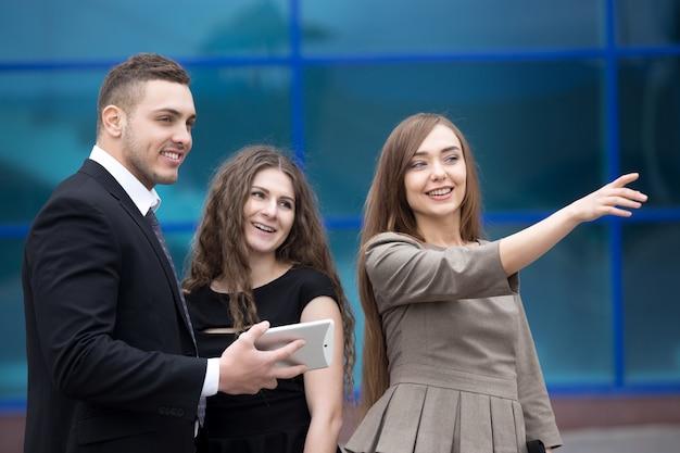 Деловая женщина встречи с клиентами или партнерами на улице