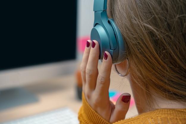 사무실에서 컴퓨터 근처에 있는 비즈니스 우먼 크리에이티브 스튜디오 그래픽 디자인 조롱에서 아침