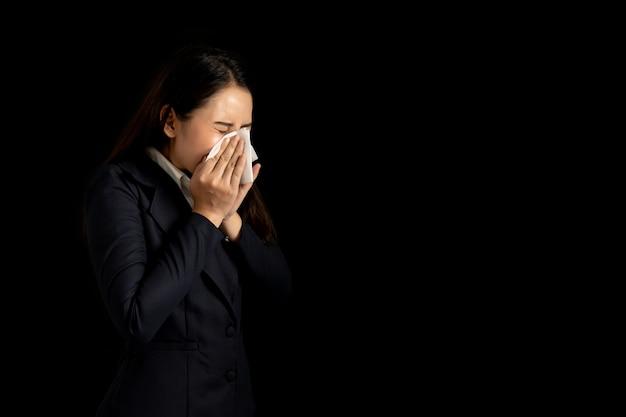 Деловая женщина чувствует себя больным и чихать