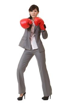 赤いボクシンググローブを持つアジアのビジネスウーマン