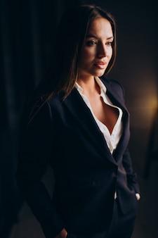 Donna d'affari in ufficio a tarda notte