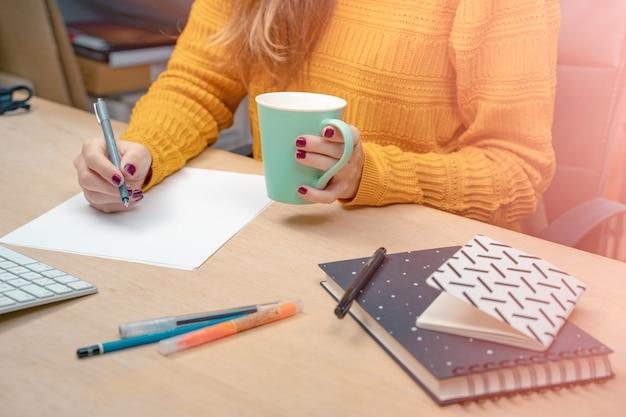 그녀의 사무실에서 비즈니스 우먼 창조적인 스튜디오 그래픽 디자인 모의 화면에서 아침