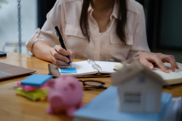 契約書に署名するために顧客との契約書をチェックするビジネスウーマンまたはブローカー。不動産と契約の概念。