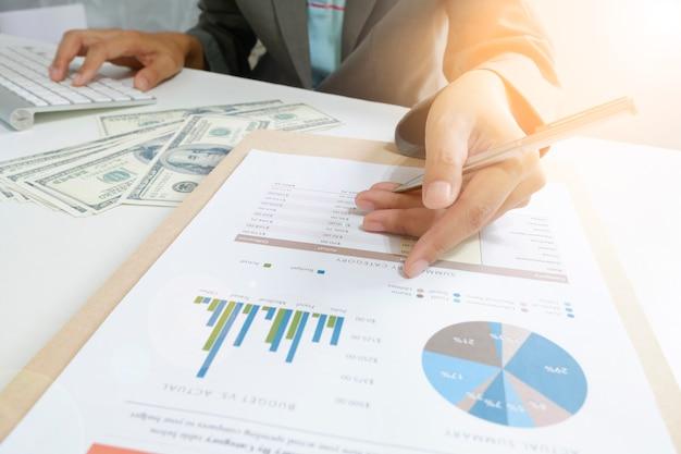 Диаграмма бизнес-точки женщины с денежным долларом с калькулятором на планшете как финансовая и стратегическая концепция
