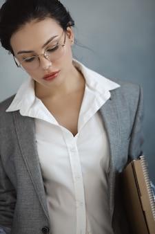 ビジネス女性の肖像画美しいスタイリッシュなサラリーマン