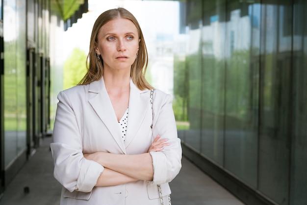 비즈니스 여자 초상화 팔 사무실 건물 근처 행복 성공적인 전문 초상화를 넘어.