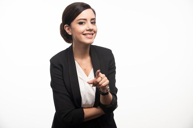 ビジネスの女性が白い背景にスーツを着てポーズします。高品質の写真