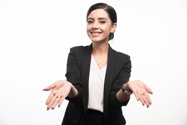 Donna di affari che posa in vestito su una priorità bassa bianca. foto di alta qualità Foto Gratuite