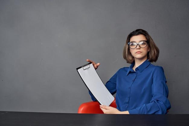 비즈니스 우먼 전문 사무용 책상 문서