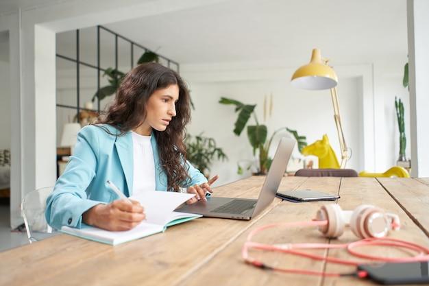 ホームオフィスでラップトップのキーボードで入力を使用してビジネスウーマンプロのユーザープロの労働者..。