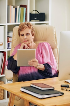 Деловая женщина, читающая электронную книгу