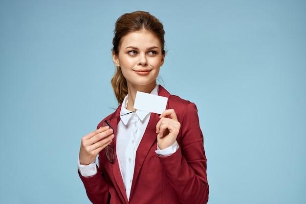 비즈니스 여자 빨간 자 켓 명함 안경 임원 파란색 배경. 고품질 사진