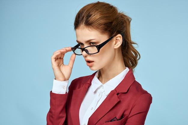 Деловая женщина красный пиджак визитная карточка очки исполнительный синий пространство