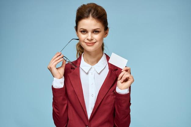 Деловая женщина красный пиджак визитная карточка очки исполнительный синий