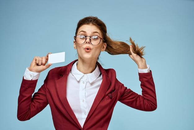 Деловая женщина красный пиджак визитная карточка очки руководитель
