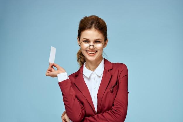 Деловая женщина красный пиджак официальная визитная карточка синий
