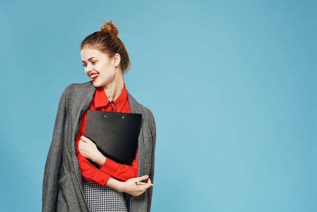 비즈니스 여자 빨간 셔츠 문서 전문 사무실 매니저