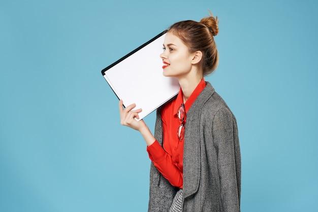 비즈니스 우먼 빨간 셔츠 비서 사무실 파란색 배경