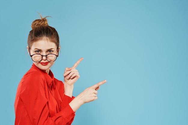 眼鏡秘書のライフスタイルの感情を身に着けているビジネス女性の赤いシャツ。