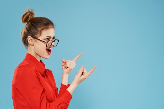 眼鏡をかけているビジネスウーマンの赤いシャツ秘書のライフスタイルの感情