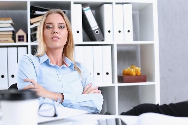 Деловая женщина отдыхает в офисе после метания рабочего дня